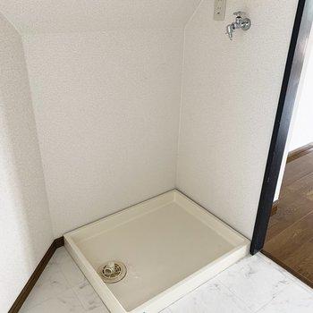 洗濯機置場は間仕切り壁のすぐ後ろに。