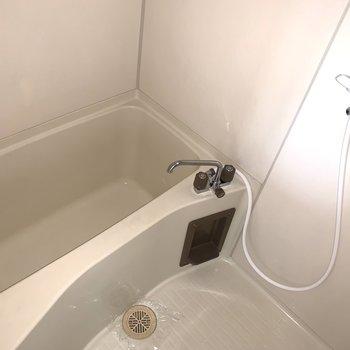 キッチン後ろの扉がお風呂。※フラッシュ撮影です