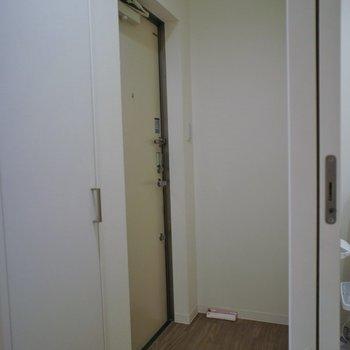 玄関はフラットタイプ※写真は同タイプの別室。