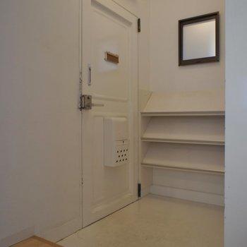 内開きなので広めの玄関スペース。※写真はクリーニング前