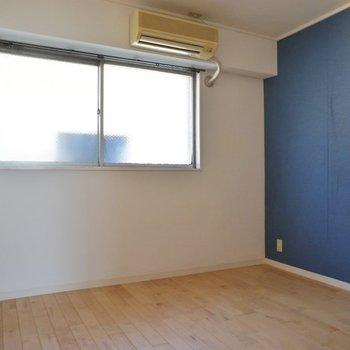 洋室にもブルーのクロス★太陽光もしっかり入ります。※写真はクリーニング前