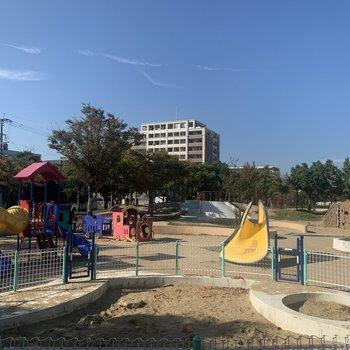 建物の裏側には、大きな公園!砂場もあるし、たのしそうなアスレチックもたくさん〜!
