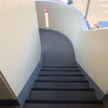 この階段をのぼって、3階まで。