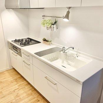 人造大理石天板のシステムキッチンを使用。おしゃれな暮らしのアクセントに。