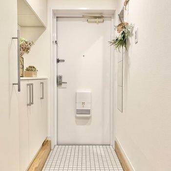 大工さんが敷き詰めた白タイルの玄関。踏むのがもったいない…!