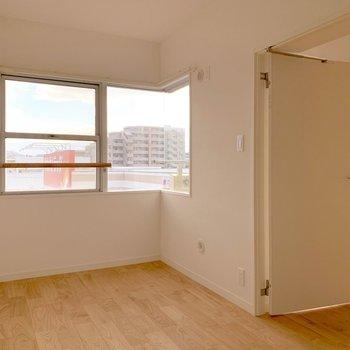 リビング横5帖洋室。窓もしっかりありますよ。