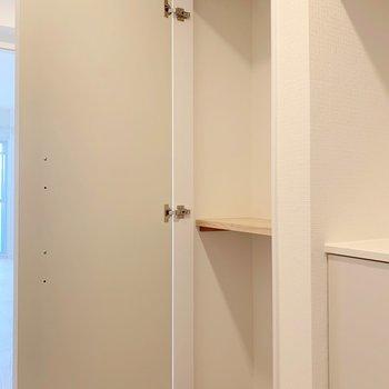 廊下にも収納スペースがありますね。