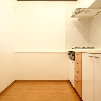 キッチンルーム。対面式なので窮屈な感じはないです。
