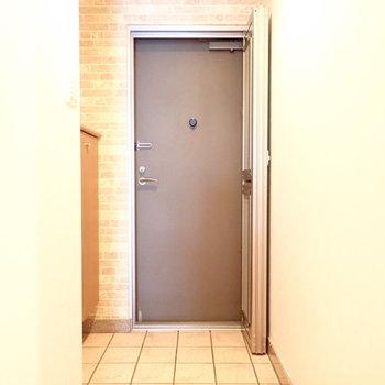 玄関は広いですね。網戸つきです。