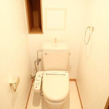 白い空間。細長い棚がありました。