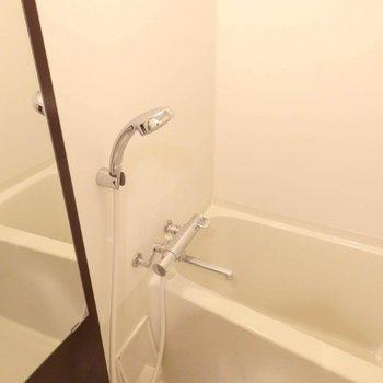 お風呂はゆったり入れそう。(※写真は7階の同間取り別部屋のものです)