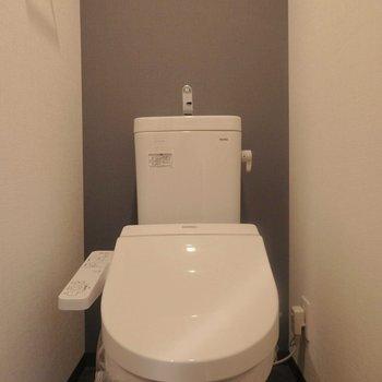 ウォシュレット付きトイレ。(※写真は7階の同間取り別部屋のものです)