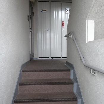 1フロアに2部屋のみ。昇り降りは階段で。