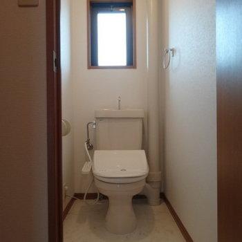 ウォシュレット付きのトイレにも窓が。(※写真は3階の同間取り別部屋のものです)