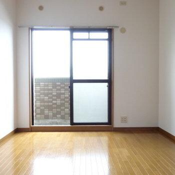 玄関側の部屋は寝室かな?書斎にしてもいいかも!(※写真は3階の同間取り別部屋のものです)