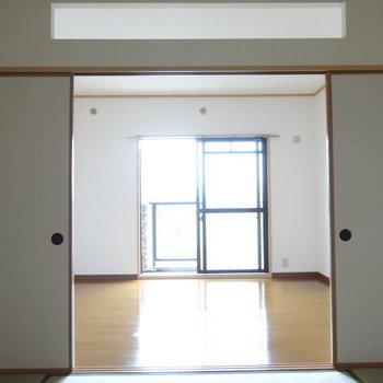 上の壁からも光が射し込むので、扉をしめても明るいんです!(※写真は3階の同間取り別部屋のものです)