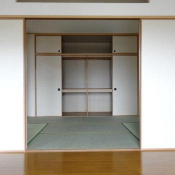 和室につながります。収納は押し入れ式で大容量◎(※写真は3階の同間取り別部屋のものです)