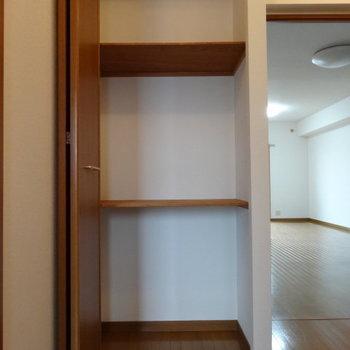 廊下にも収納が。ここには掃除機とかお掃除道具を。(※写真は3階の同間取り別部屋のものです)