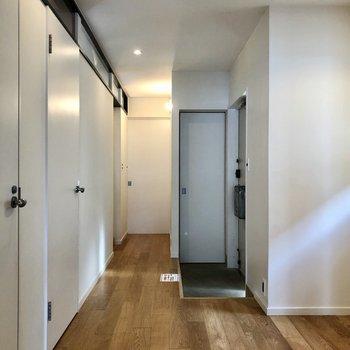 広い廊下は奥からサービスルーム、洗面所、洗濯機置き場、トイレになっています。