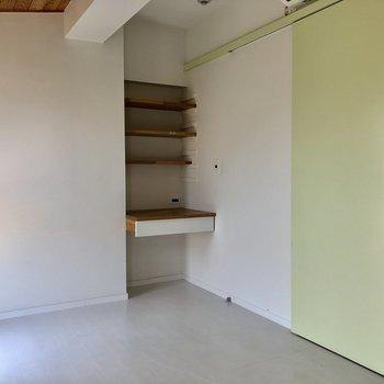 グリーンの扉が素敵なサービスルーム。書斎やクローゼットとして使うのがいいかな。