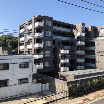 住宅地なのでマンションが!圧迫感はありません。