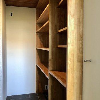 キッチン奥には棚が!家電や食器を置きましょう。