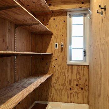 洗濯機置き場は棚付き!洗剤や掃除用品のストックを置いておくのに便利!