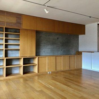 作り付けの棚が付いてます。格子の中にエアコンが隠れています。