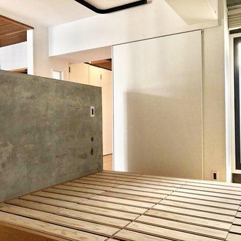 キッチン横のスペースは寝室として!スノコベッドで通気性も確保!