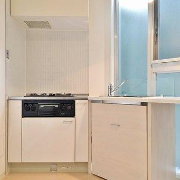 キッチンは3口コンロ、魚焼きグリルつき!!(※写真は7階の同間取り別部屋のものです)
