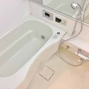 お風呂は広々。(※写真は7階の同間取り別部屋のものです)