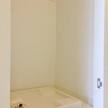 洗濯機置き場は扉付き◎(※写真は7階の同間取り別部屋のものです)