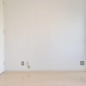 白いクロスのシンプルなお部屋です。(※写真は7階の同間取り別部屋のものです)