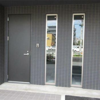 玄関口。縦長の窓がユニーク。