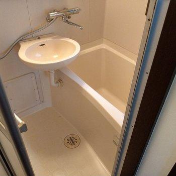 浴槽はコンパクト。工夫して楽しく入って。