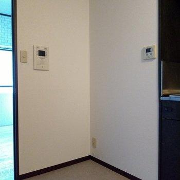 キッチン横のこのスペースに冷蔵庫を置いて。TVモニタ付インターホンもあります◎