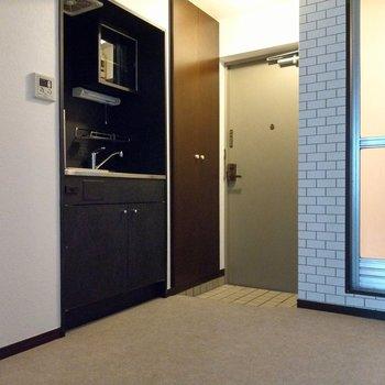 キッチンは落ち着いたブラック。スペースがしっかりあるので料理もしやすい◎