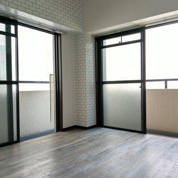 角部屋で2面窓。樹の幹のような色味の床をやわらかい光が照らします。