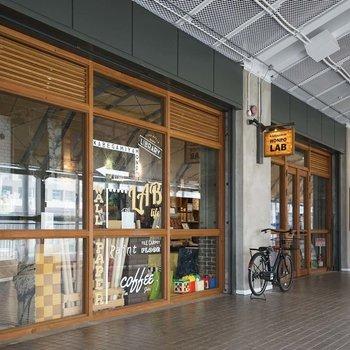 団地1階に入居している壁紙屋本舗ラボです。