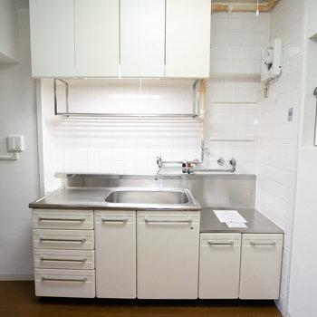キッチンはこちら。吊り戸棚など、表面の材質変更が可能です(詳しくはお問い合わせください)