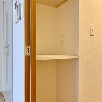 廊下の洋室側にちょっとした棚。