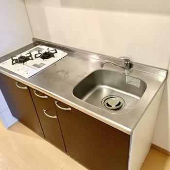 調理スペースもしっかり。キッチン右に冷蔵庫を置けます。