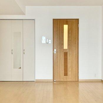 クローゼットの扉に姿見ついています。