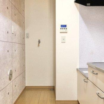 【LDK】キッチンの奥には洗濯機置場。つっかえ棒でカーテンを付けられますね