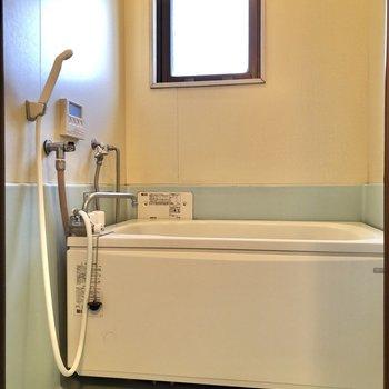 お風呂には小窓付きで換気も簡単に