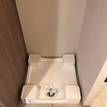 お隣に洗濯機置き場があります