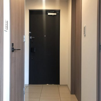 トイレは玄関横の扉にあります