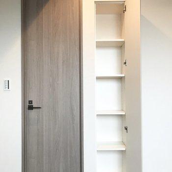 壁にも収納があります。隣の扉は...