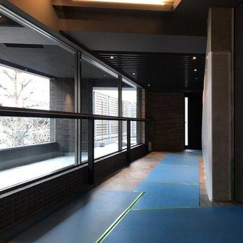 一面窓ガラスの廊下を抜けるとエレベーターがあります