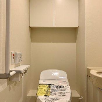 棚には予備のトイレットペーパーや掃除用具を。※写真は前回募集時のものです
